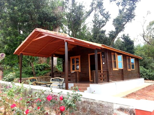 Wooden Cottage stay in between widespread coffee plantation Homestay